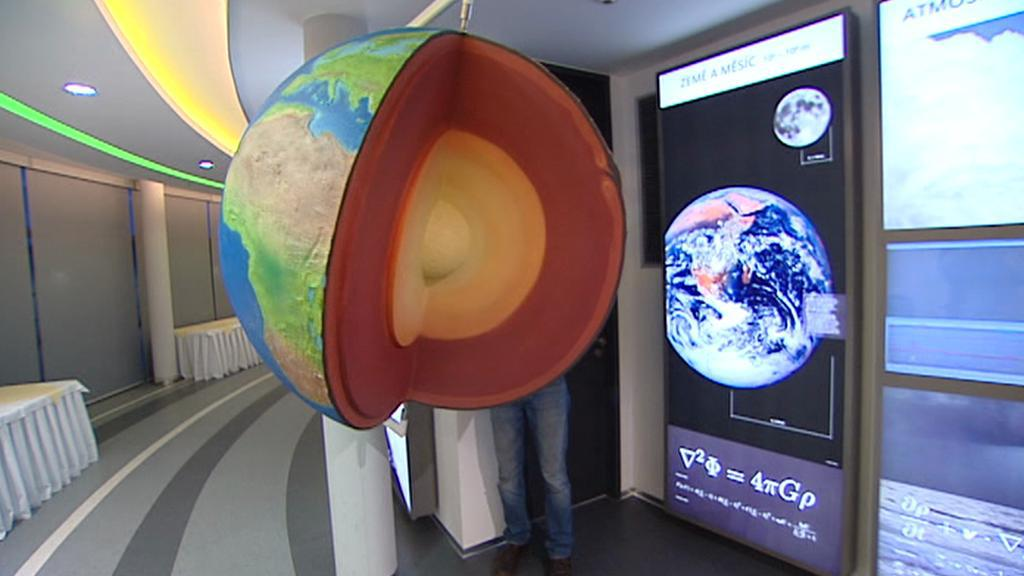 Expozice o vesmíru v planetáriu v Hradci Králové