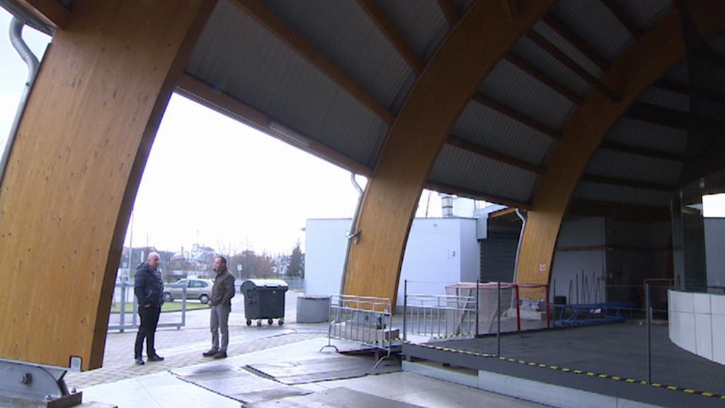 Otevřeným rohem stadionu se prohání vítr