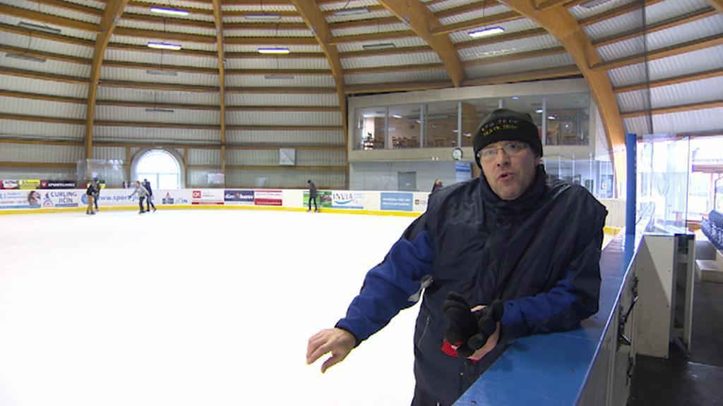 Voda ze střechy kape na zem i na led a dělá boule