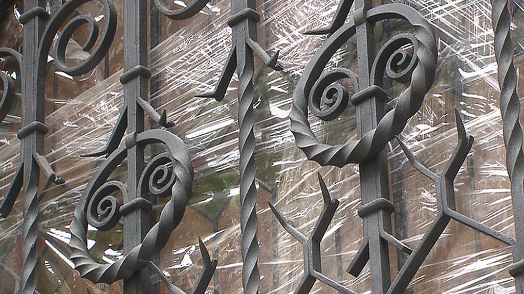 Mříže na oknech synagogy