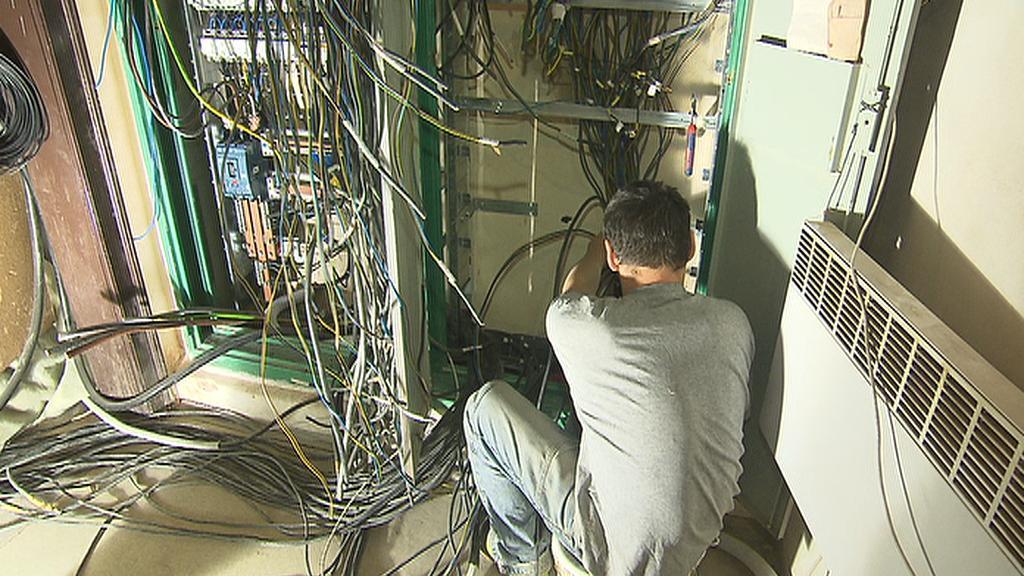 Technologické zázemí synagogy tvoří kilometry kabelů