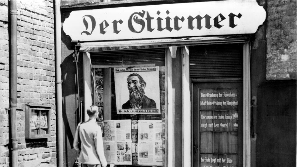 Prodej antisemitského týdeníku Der Stürmer