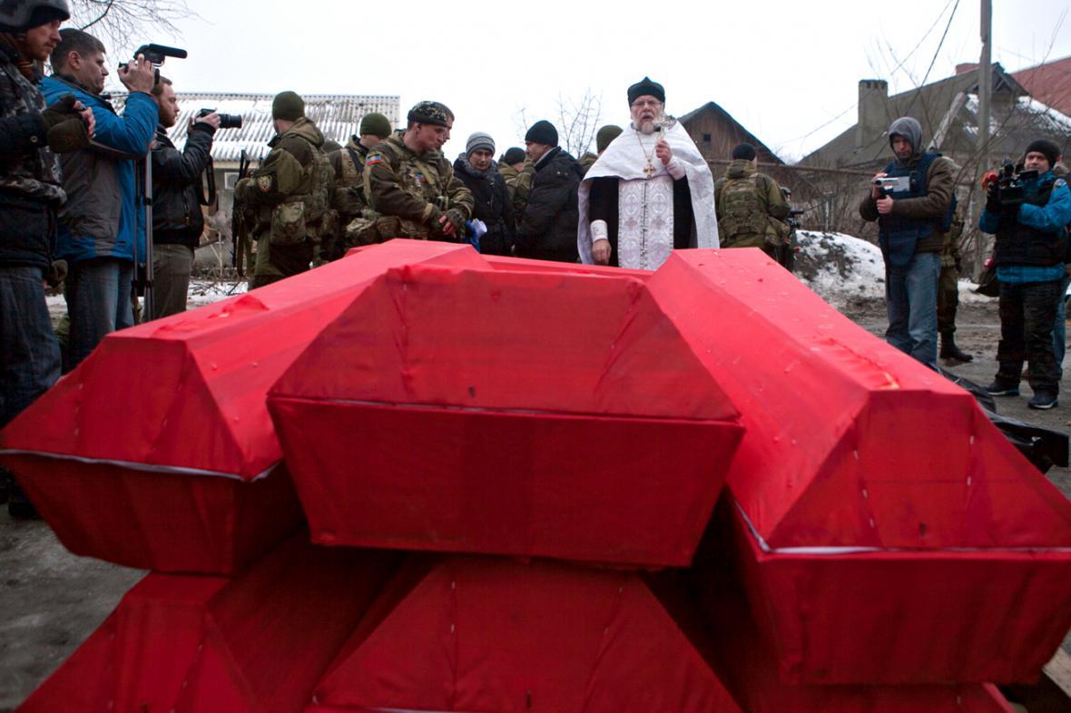 Separatisté předali Kyjevu rakve s těly ukrajinských vojáků