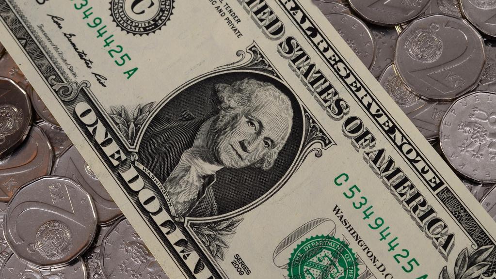 Koruna vůči dolaru znovu oslabila