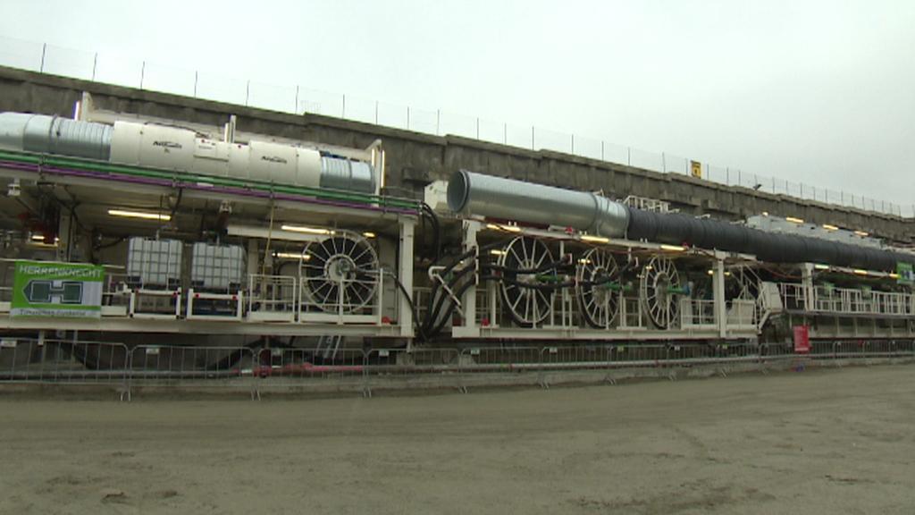 Razící stroj je 110 metrů dlouhý
