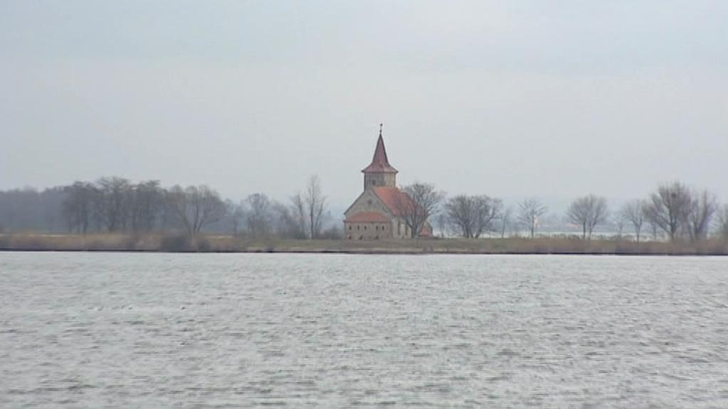 Obec Mušov ustoupila vodní nádrži, zbyl jenom kostelík