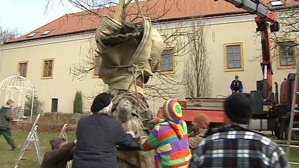 Odvoz originálu ze zahrady třebotovského zámku - archivní záběr