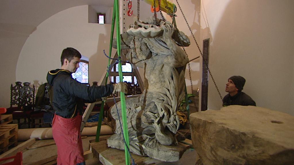 Instalace sochy na Novoměstskou radnici