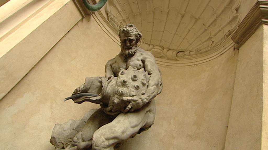Socha Tritona v Clam-Gallasově paláci
