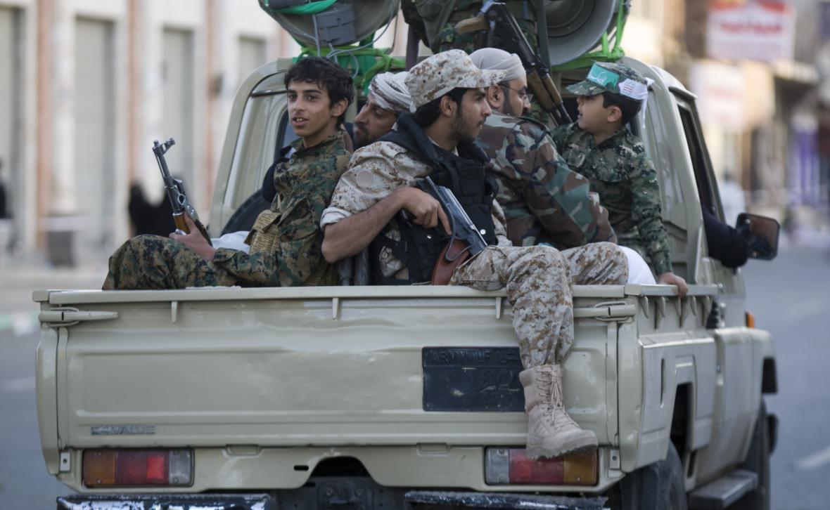 Šíitští povstalci hlídkují ve městě Saná