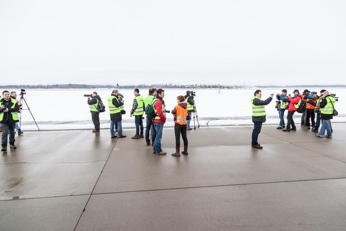 Na obří letoun čekají i další reportéři