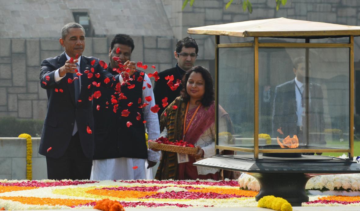 Obama vzdává květinami čest památce Mahátmy Gándhího