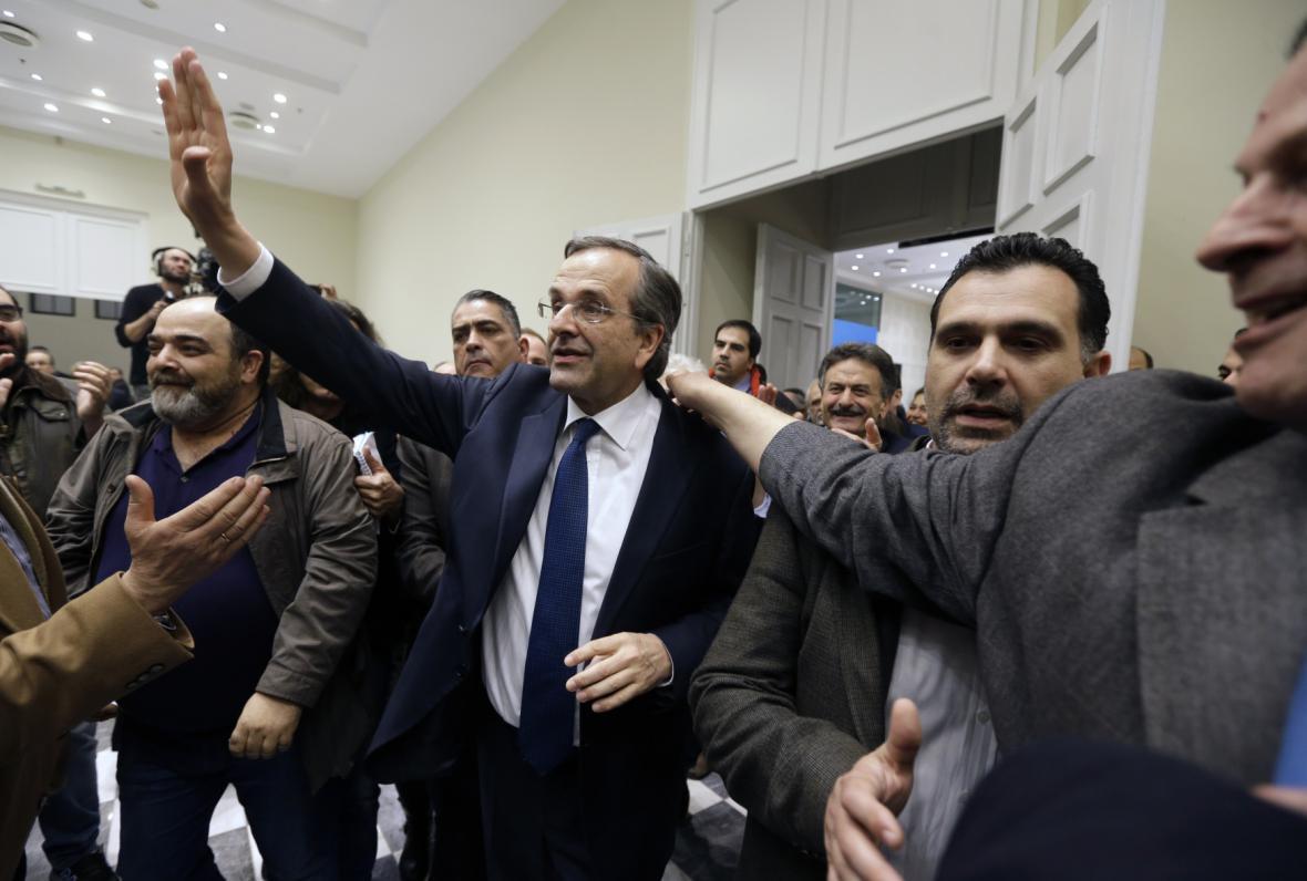 Antonis Samaras se zdraví se svými příznivci