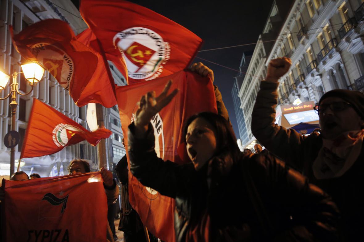 Příznivci krajně levicového hnutí Syriza slaví i v ulicích Atén