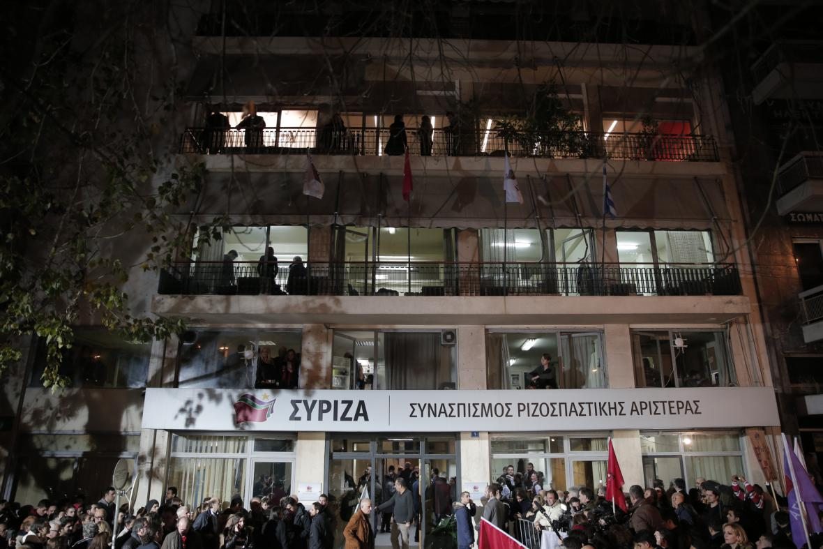Příznivci hnutí Syriza se po vítězných volbách shromáždili před sídlem strany