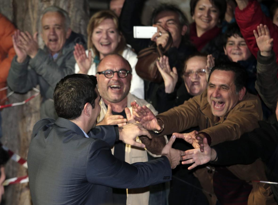 Lídr vítězného hnutí Syriza Alexis Tsipras se zdraví s příznivci po volebním vítězství