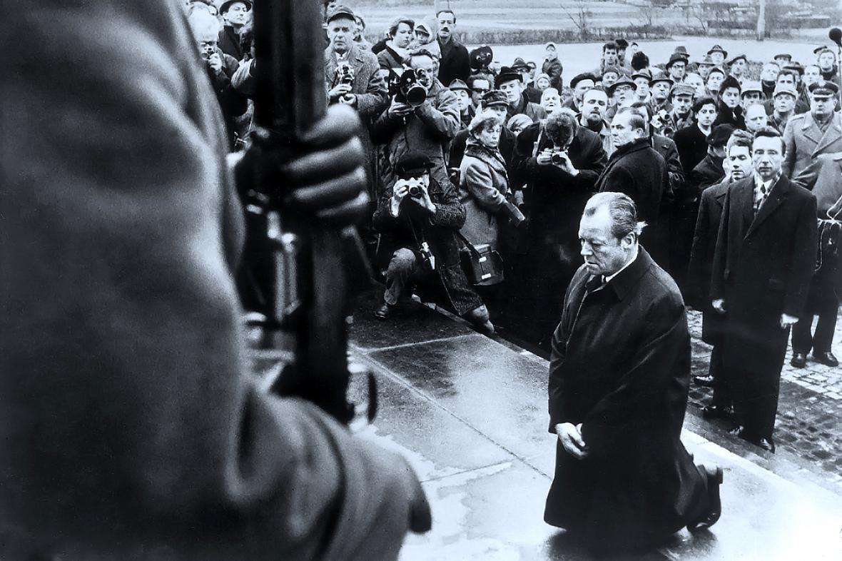 Willy Brandt poklekl před pomníkem obětem povstání ve varšavském ghettu