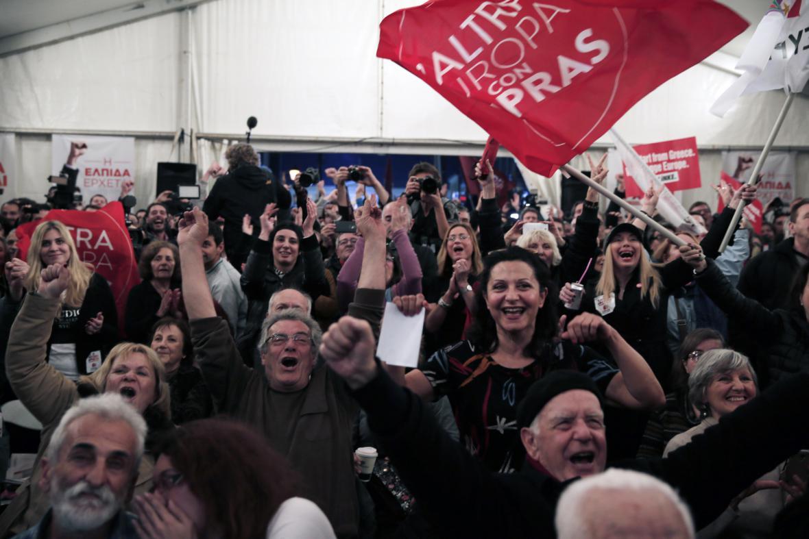 Příznivci hnutí Syriza oslavují po prvních odhadech výsledků voleb v Řecku