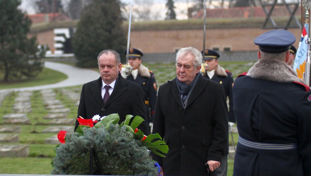 Prezidenti ČR a Slovenska položili květiny v terezínském památníku