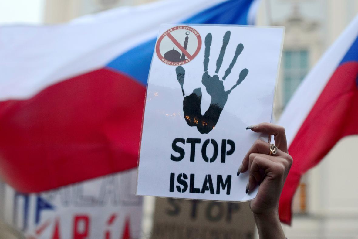 Demonstrace proti islámu na Hradčanském náměstí
