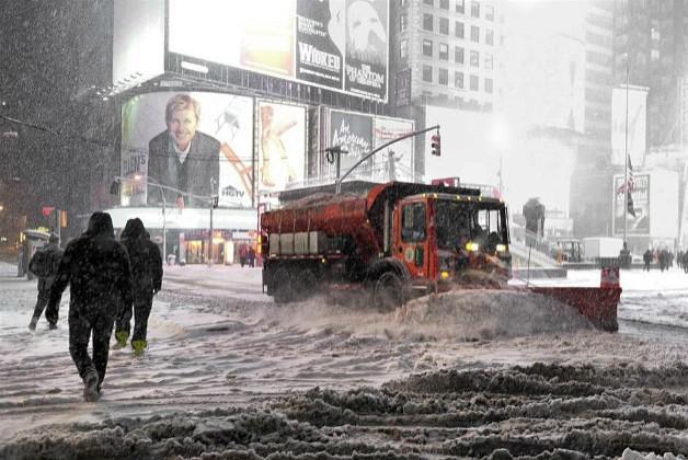 Sněhový pluh odklízí Times Square v New Yorku