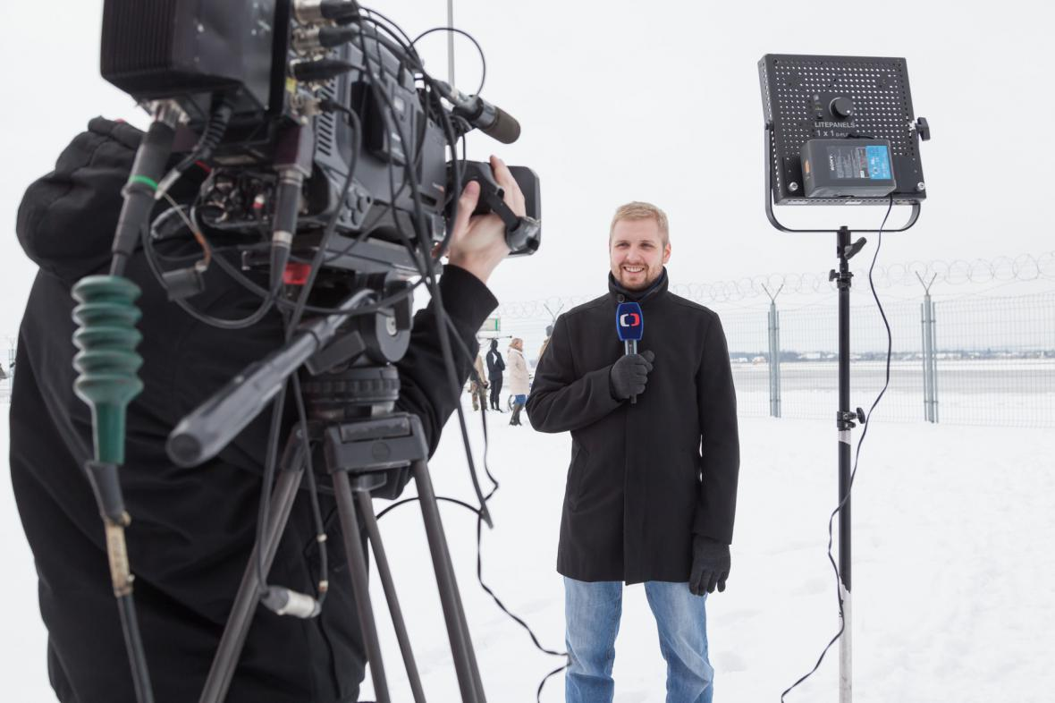 Redaktor Radek Wiglasz je na přílet letadla připraven