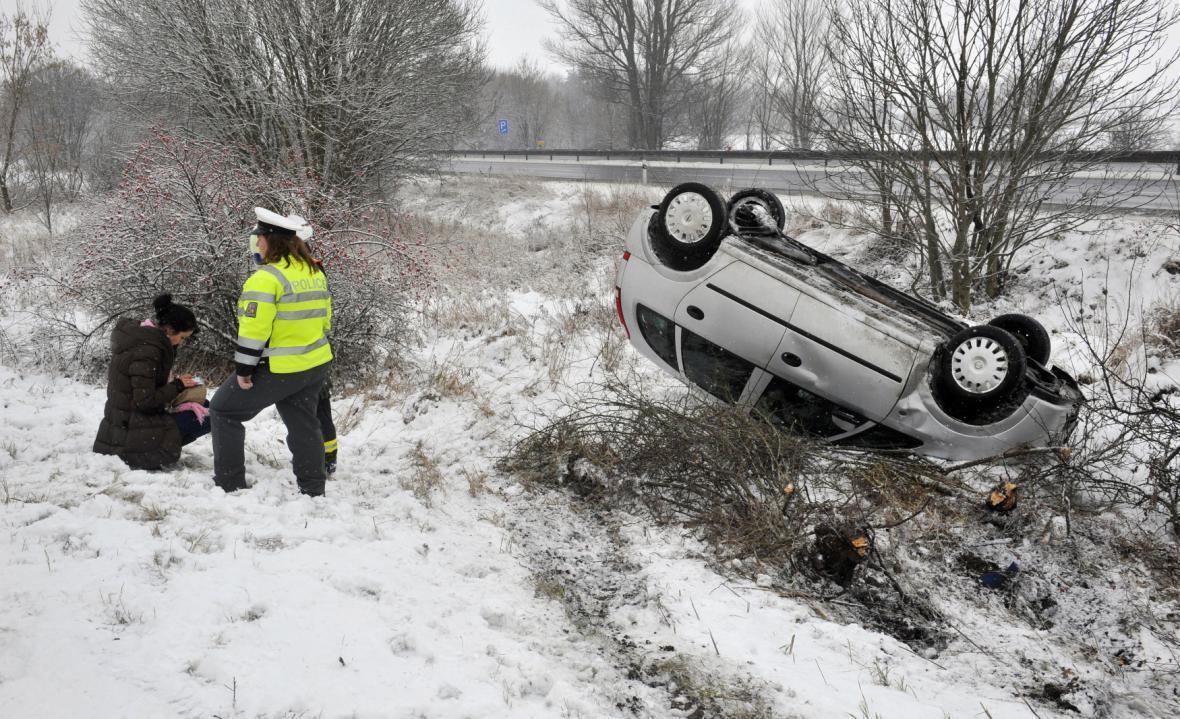 Zimní počasí, sníh a ledovka vedou k nehodám