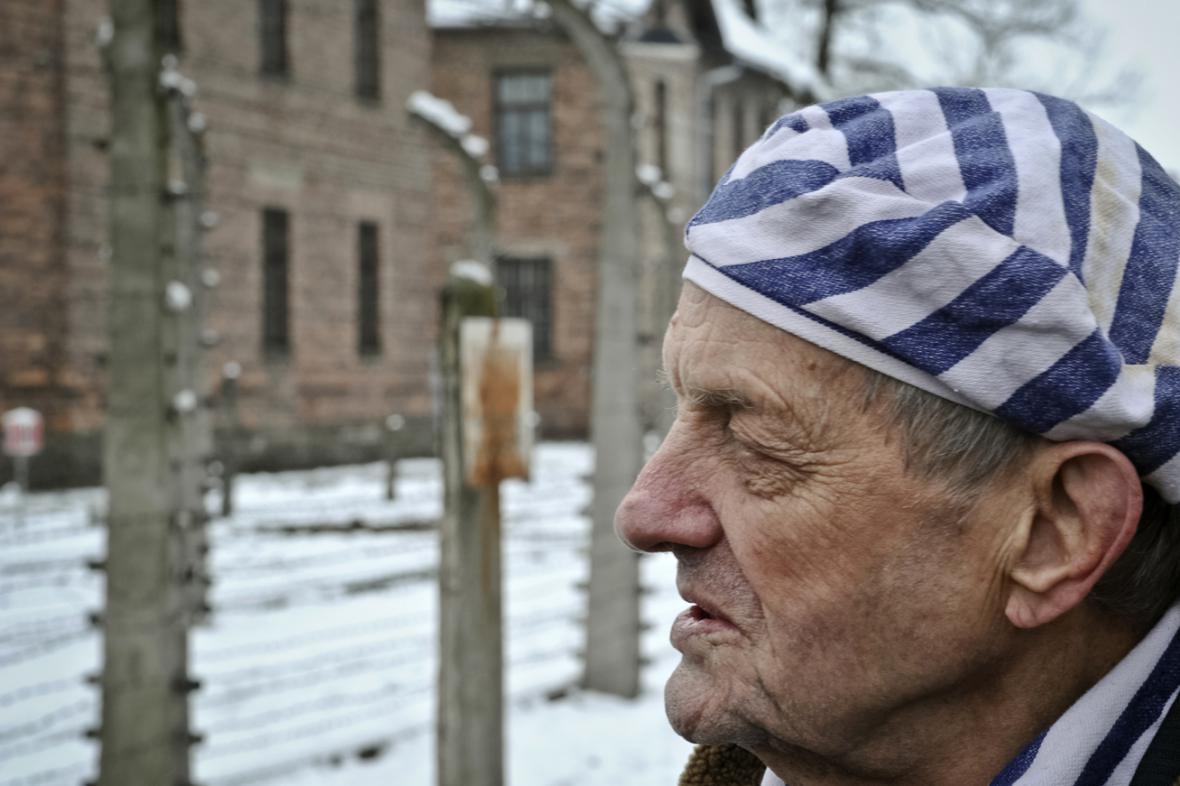 Bývalí vězni na vzpomínkové akci k 70. výročí osvobození tábora v Osvětimi