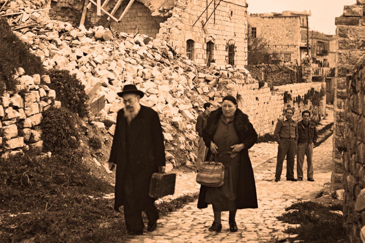 Židé u trosek domu v Safedu v roce 1948