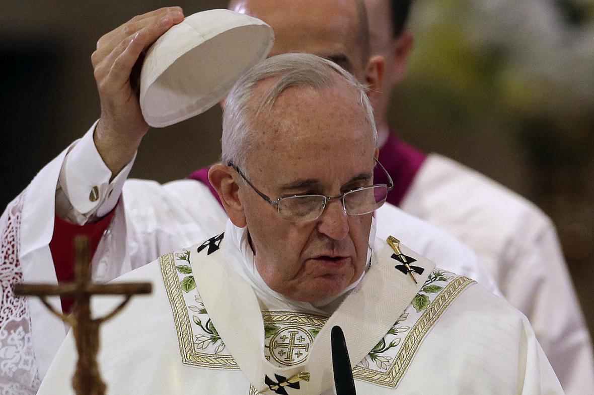 František během mše v manilském chrámu Neposkvrněného početí