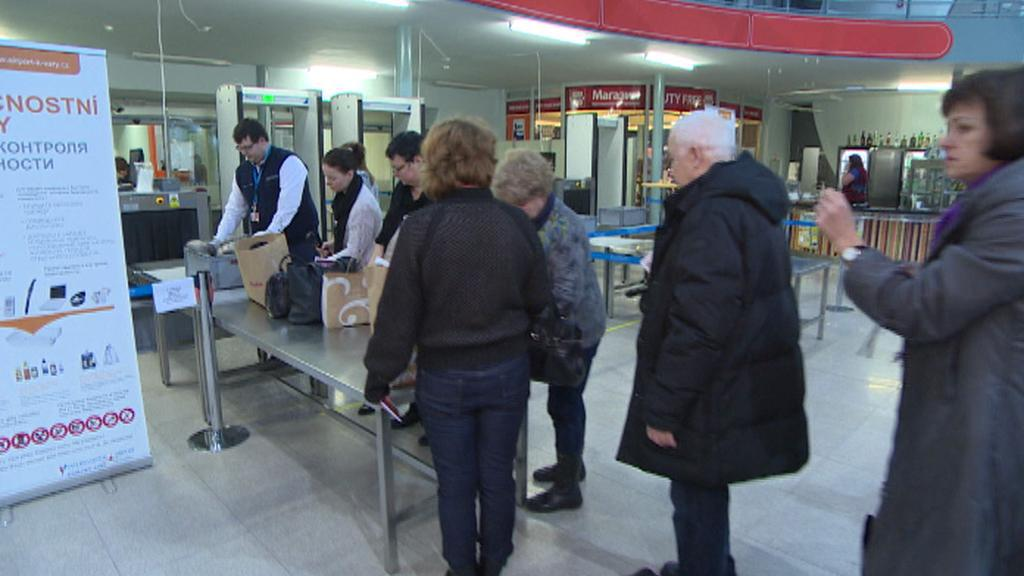 Cestující čekají na odbavení na karlovarském letišti