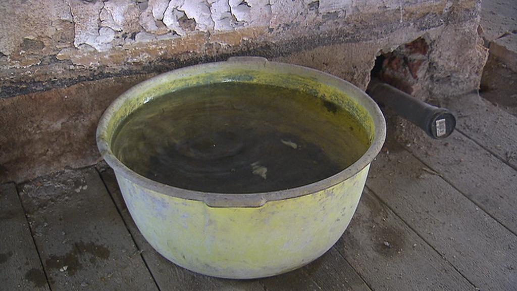 V podkroví vily kape voda