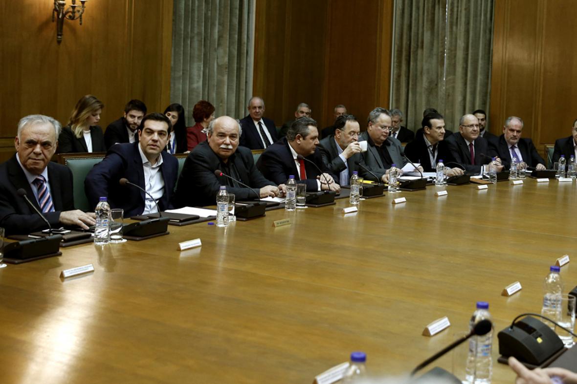 Alexis Tsipras (druhý zleva) na prvním zasedání svého kabinetu