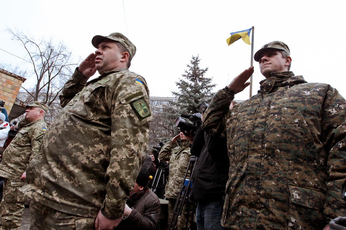 Ukrajinští vojáci odcházejí bojovat na Donbas