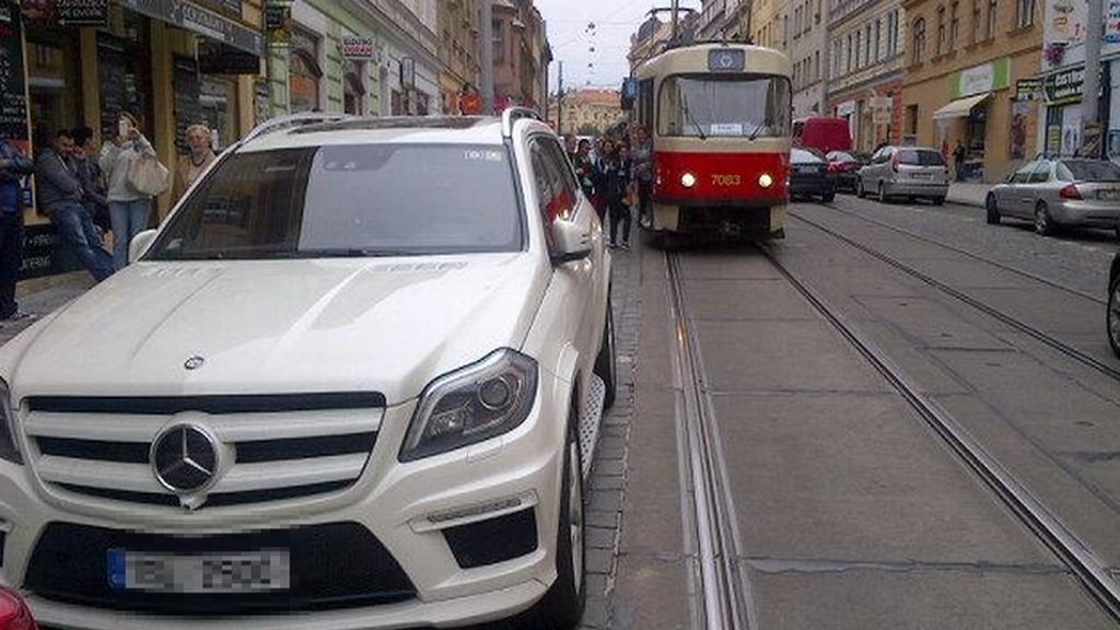 Špatně zaparkovaná auta blokují dopravu