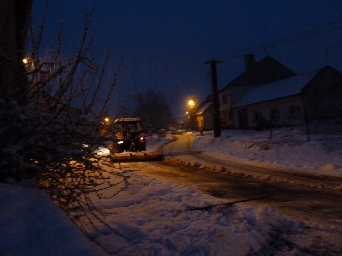 Odklízení sněhu v podvečer v Ostrohu