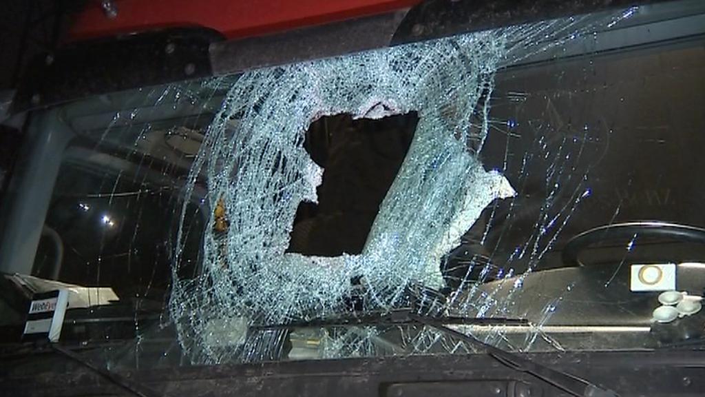 Kamion poškozený dřevěným špalkem