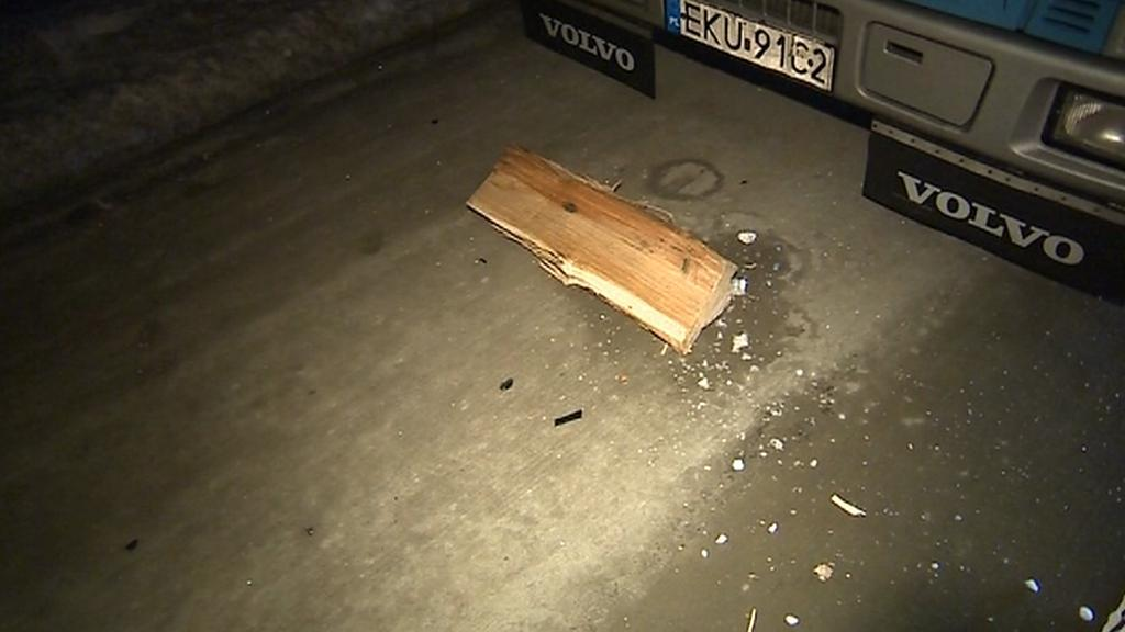 Neznámý útočník házel z mostu na D1 na auta dřevěné špalky