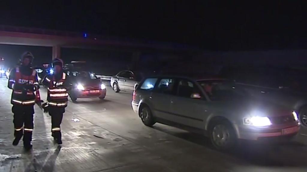 Útočník házel dřevo na auta