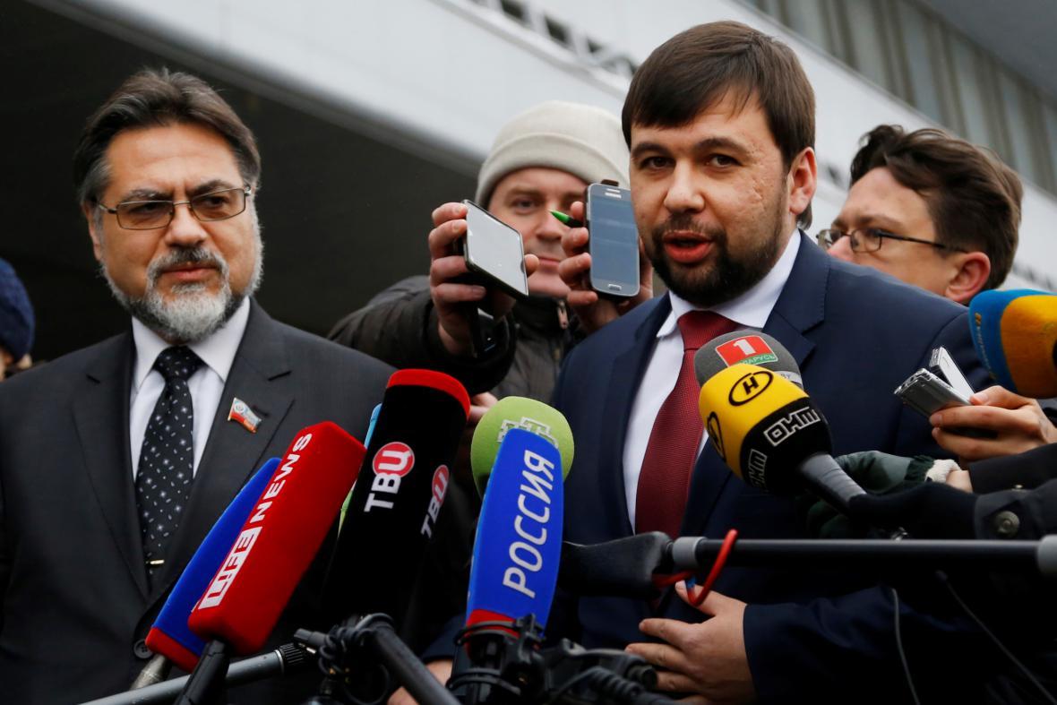 Vladislav Dějněgo (vlevo) a Denis Pušilin (vpravo) na letišti v Minsku