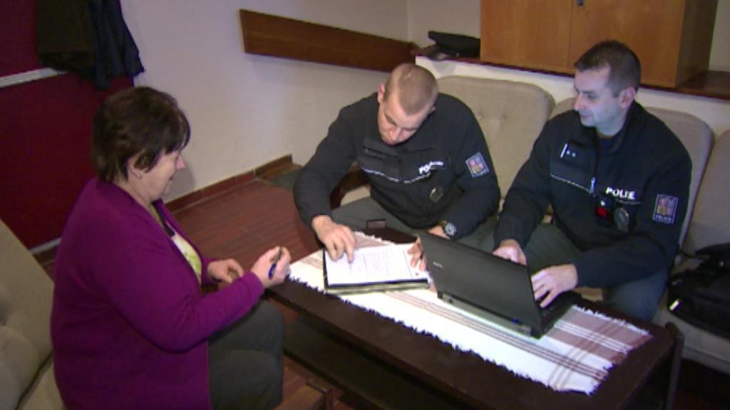 Policejní hlídka sepisuje protokol přímo v terénu