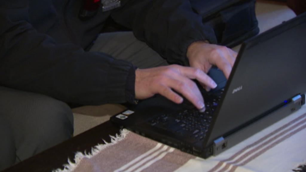 Protokol policista sepisuje na notebooku přímo v místě události