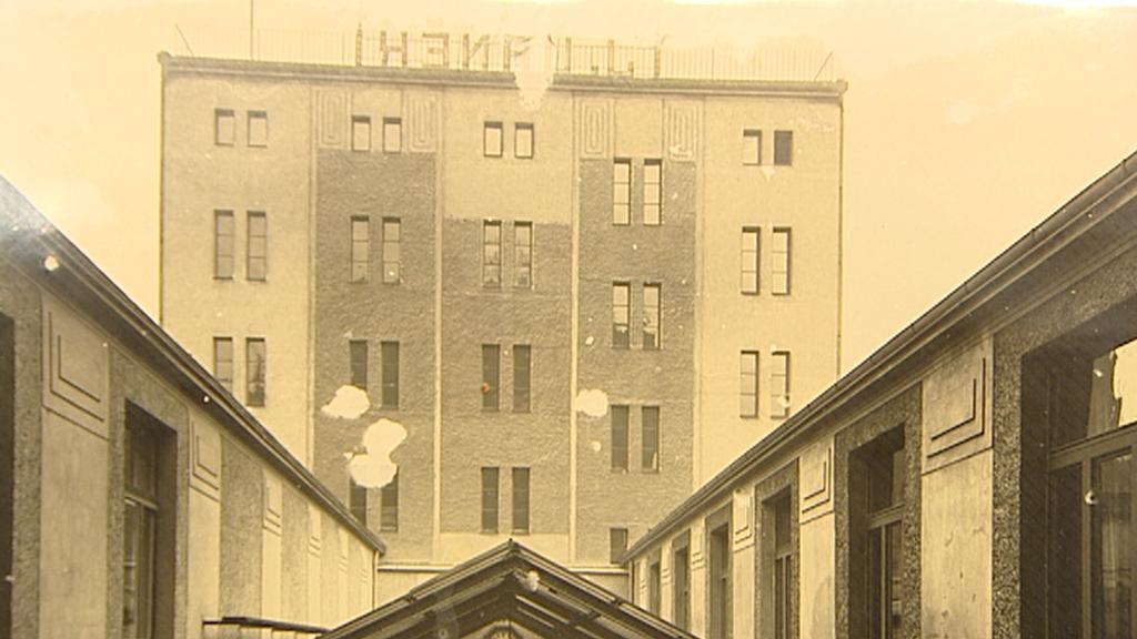 Archivní snímek domu a zastřešeného dvora