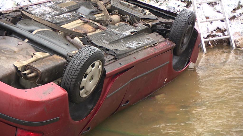 Auto na kraji Karlových Varů skončilo v potoce