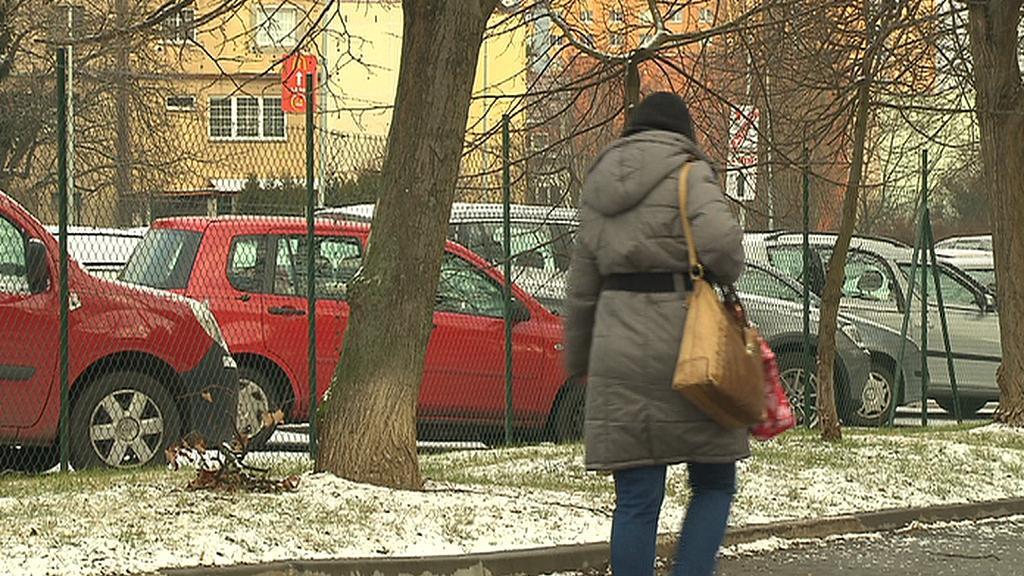 Auta parkující na sídlišti v Praze 4