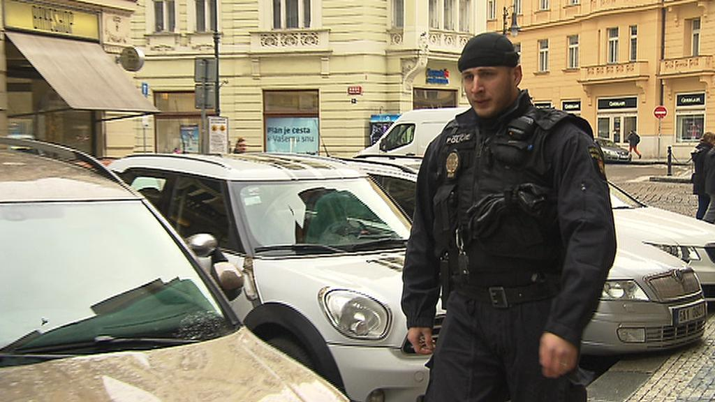 Strážník v centru kontroluje parkující auta