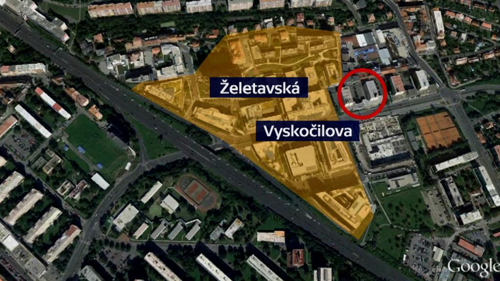 Místo, kde má stát nová budova (červené kolečko)