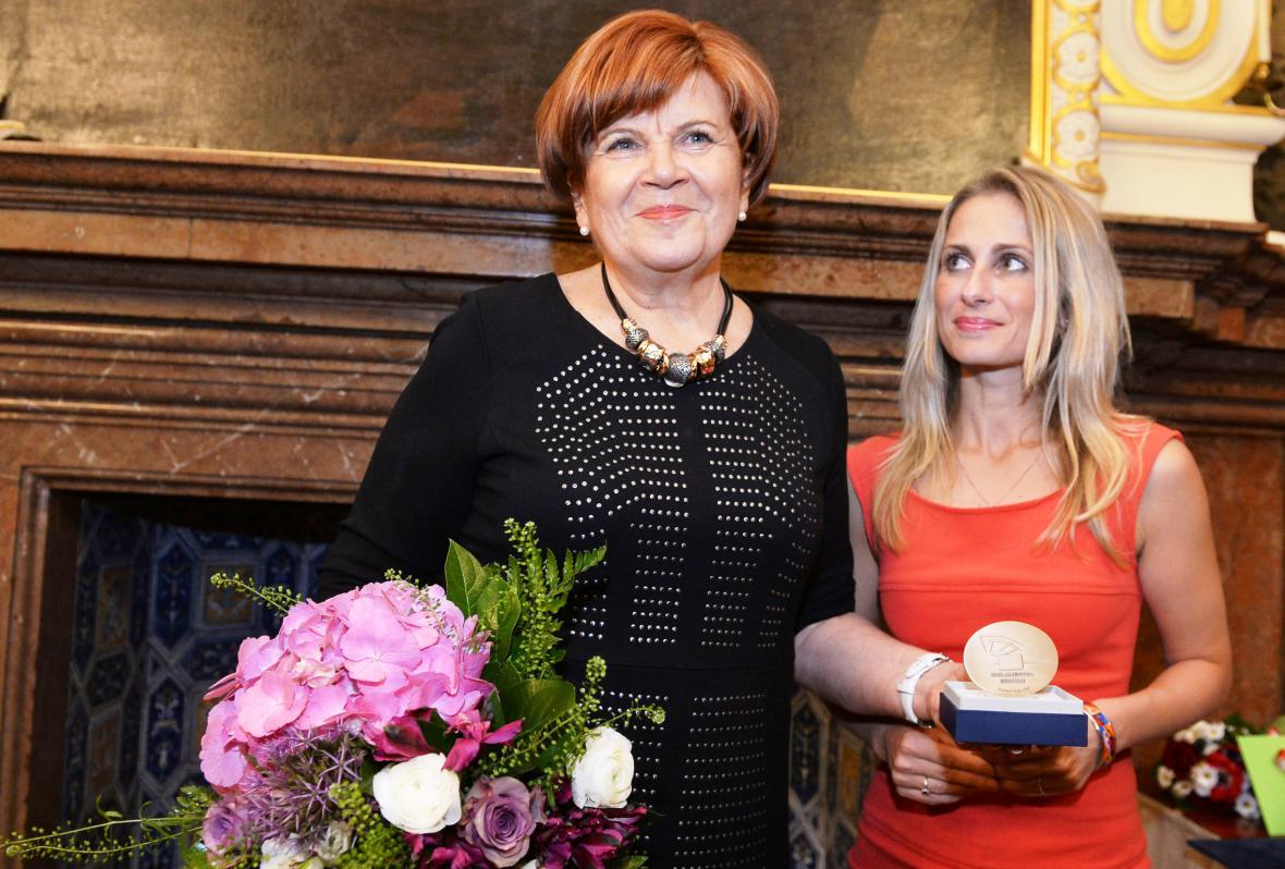 Europoslankyně Dita Charanzová předává ocenění Zuzaně Baudyšové