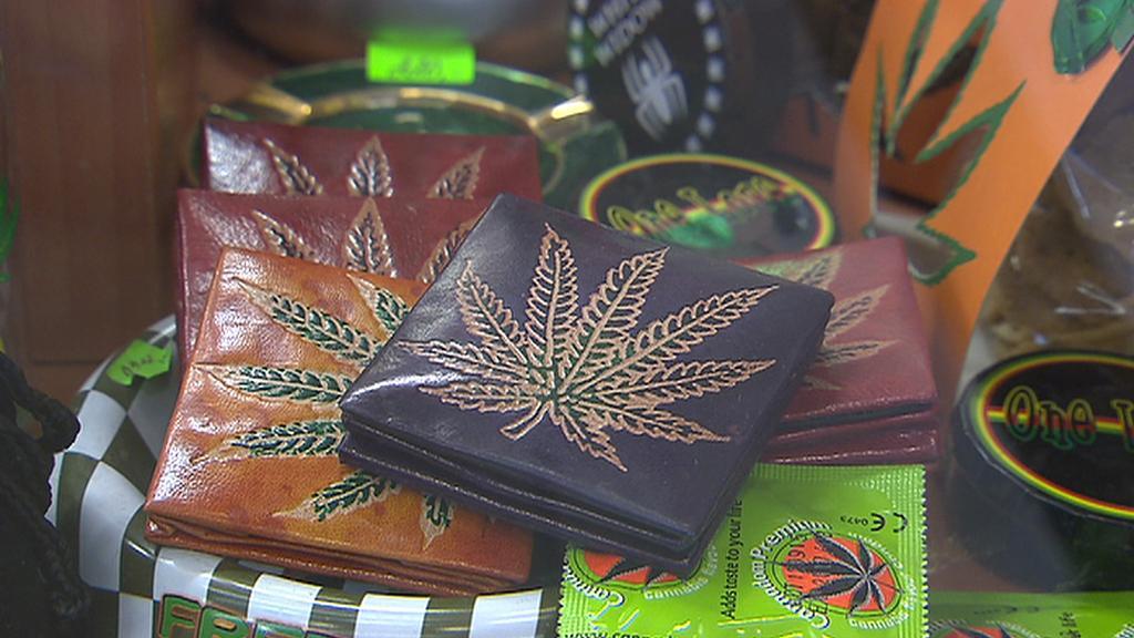 Zboží nabízené v trafice v centru Prahy