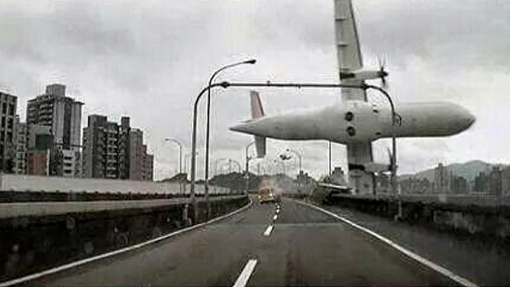 Letadlo padající do řeky na Tchaj-wanu